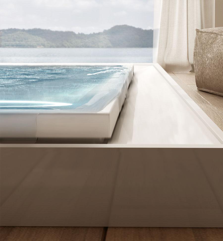 Detail přelivné hrany luxusní designové vířivky určené do interiéru.