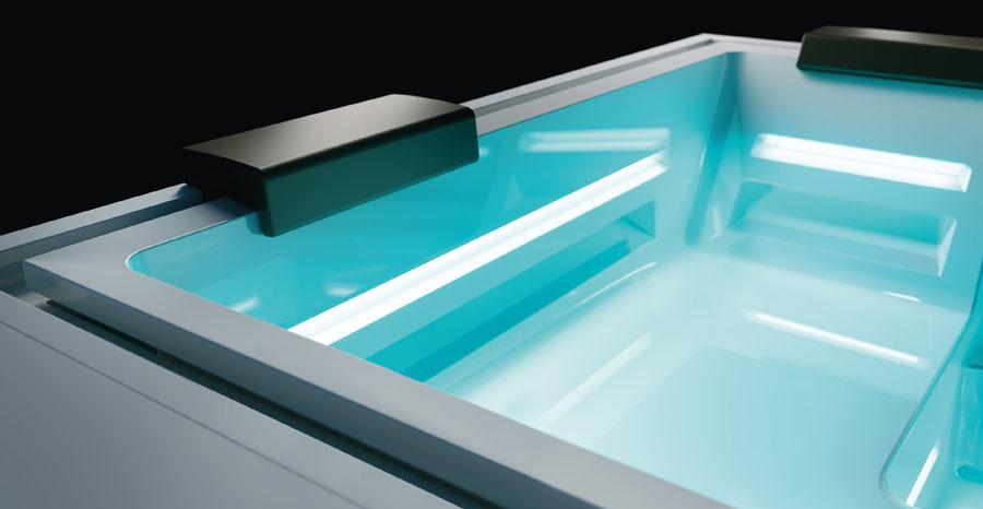 Detail luxusní designové vířivky s podhlavníky a podsvícením ve spodní části.