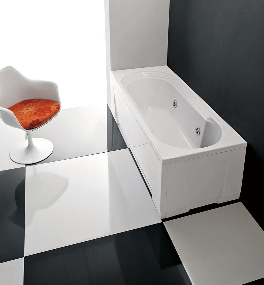 Luxusní obdélníková vana umístěna v rohu koupelny.