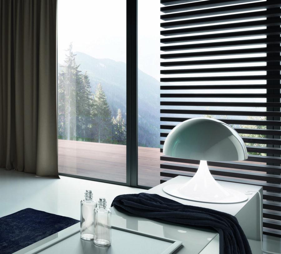 Luxusní designový reproduktor umístěný na kraji interiérové vířivky.