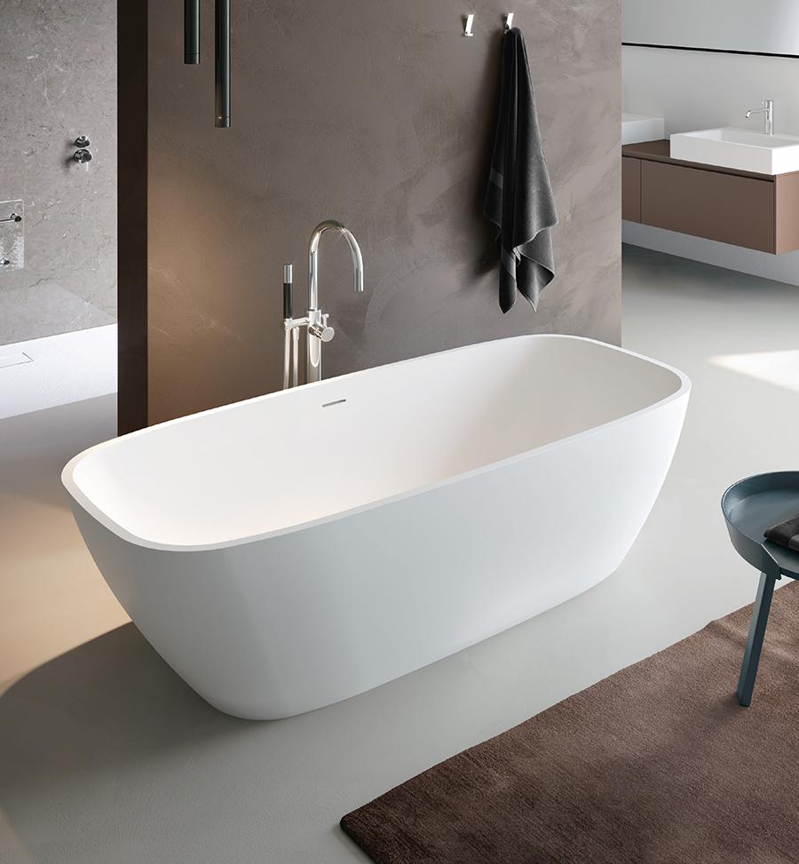 Volně stojící designová vana se zaoblenými rohy a luxusním elegantním vzhledem.
