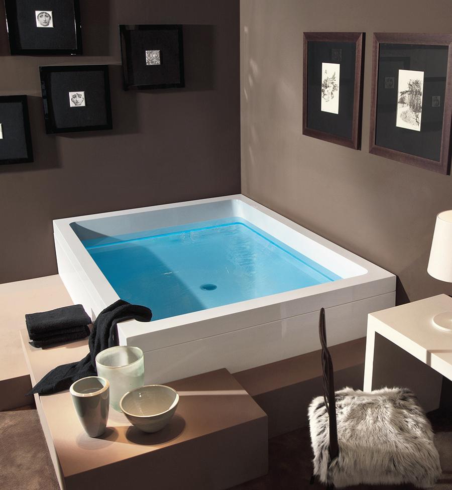 Luxusní interiérová vířivka umístěna do rohu s top designem.