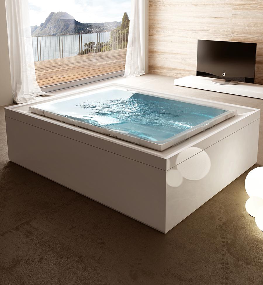 Luxusní interiérová vířivka s přelivnou hranou s čistým designem.