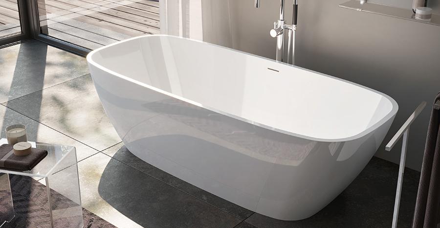 Volně stojící vana se zaoblenými rohy v luxusním designu.