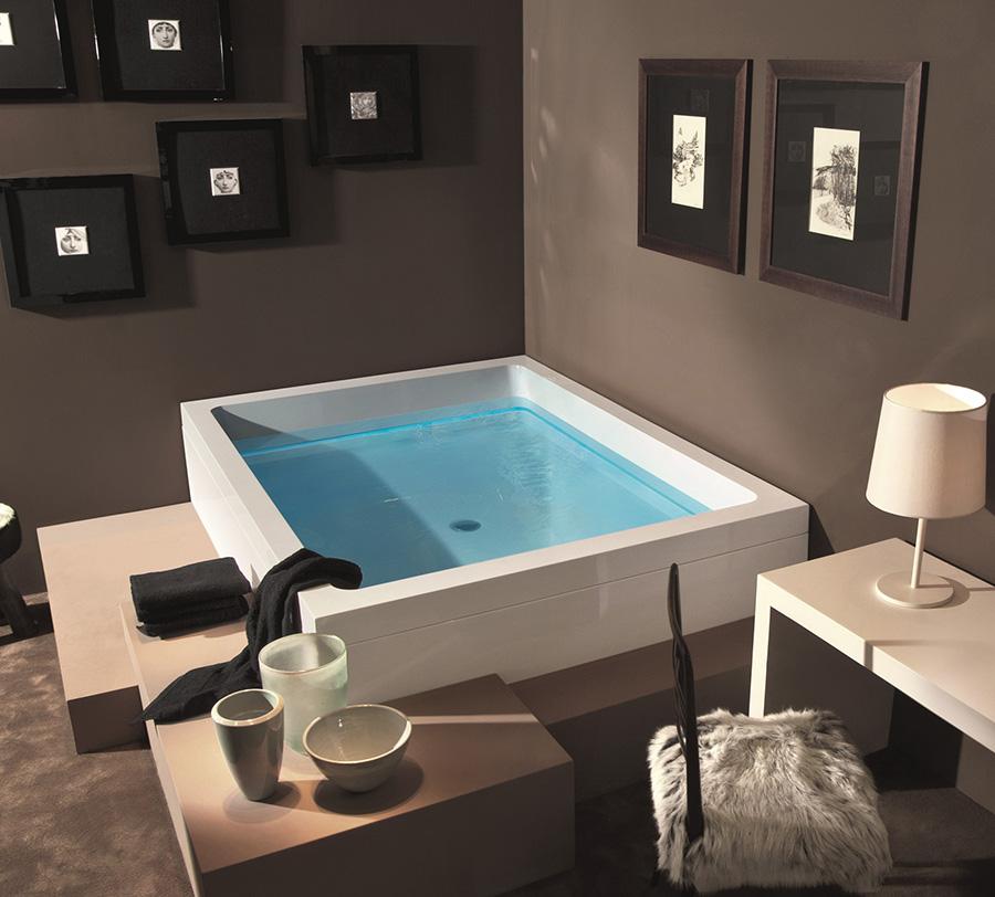 Luxusní designová rohová vířivka umístěná v interiéru.